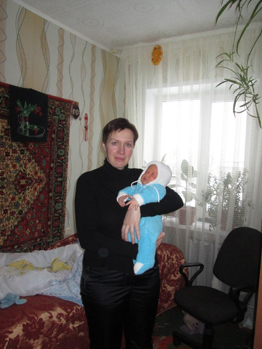 Молодая мама со спасенным ребенком