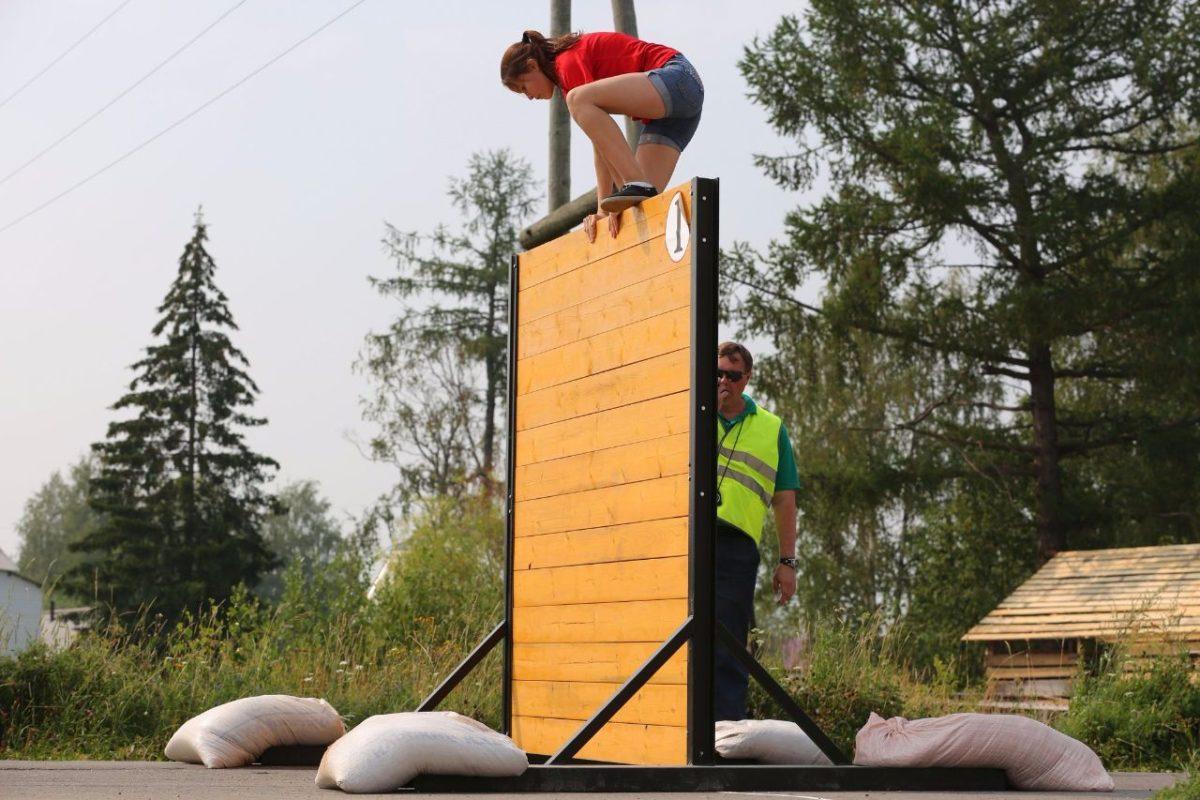 Девушка на конкурсе пожарных в Сторожевске